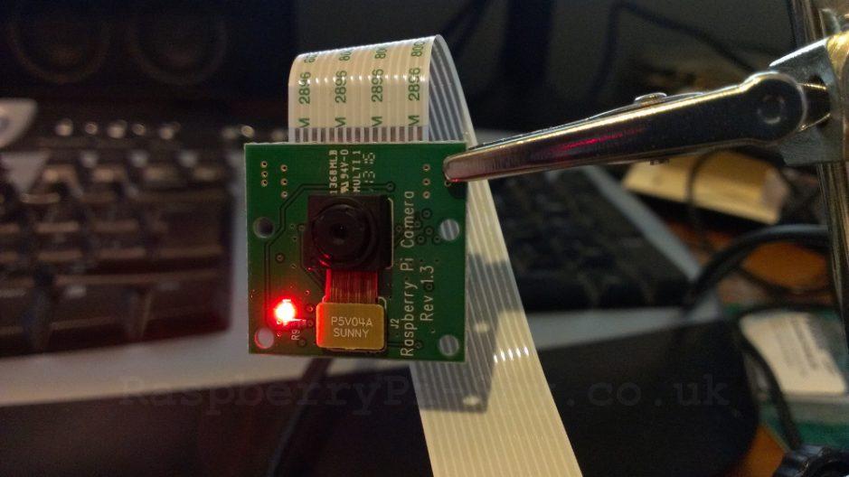 Module caméra avec LED rouge allumée.